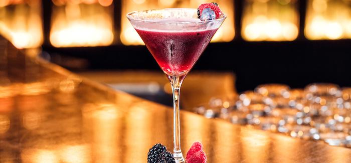 ausflüge dubai cocktails in cavalli club genießen rotes getränk dubai erlebnisse