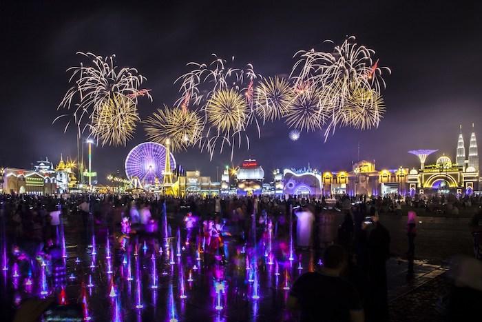 dubai sehenswürdigkeiten schöne feuerwerke beleuchtung über die stadt lichtshow