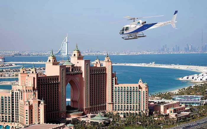 dubai von oben schönes foto von einem helikopter in dem himmel fliegen atlantis the palm hotel in dubai wasser flug mit helikopter