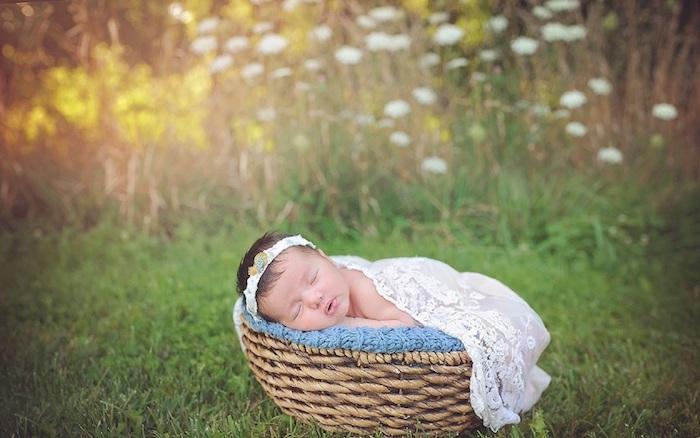 gute nacht bilder - hier ist ein kleines schlafendes baby mit einem weißen kleid und ein garten mit vielen grünen pflanzen und weißen und gelben blumen