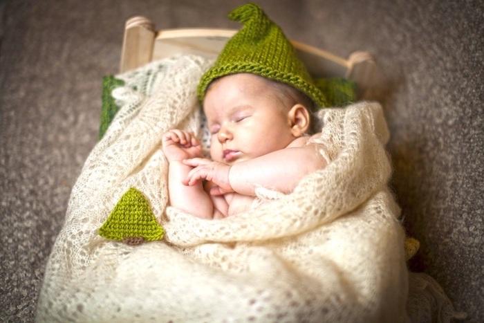 noch einige lustige gute nacht bilder - hier ist ein ild mit einem kleinen schlafenden baba mit einem grünen hut und einem kleinen bett