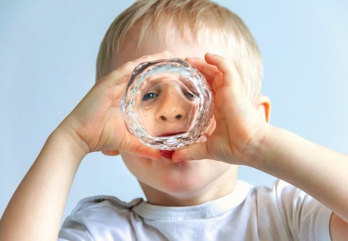 wasser trinken junge blondes kleines kind trinkt wasser vom glas reines wasser