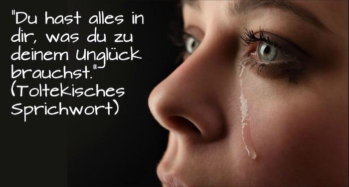 ein sprichwort znd eine junge traurige frau, die weint, eine frau mit grünen augen und tränen - traurige sprüche zum nachdenken
