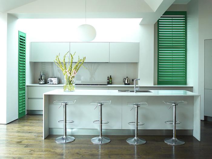 luftballons mint idee für die schöne moderne küche minzgrün farbe kücheninsel vase mit frischen blumen lampe schrank grün nuancen