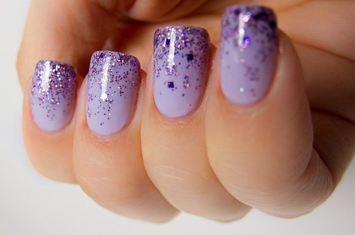 nageldesign glitzer schöne lilafarbene nägel kurze nägel mit glitzer dekorieren deko ideen schöne nägel zum selbermachen