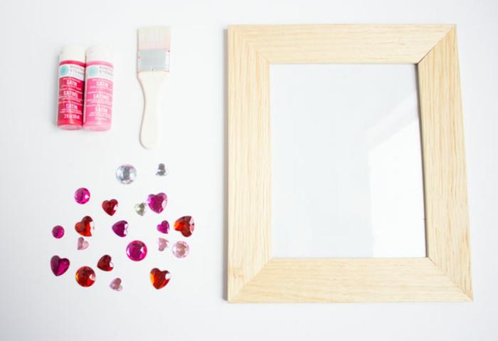 Fotorahmen selbst verzieren, mit rosa Farbe bemalen, kleine Kristallen mit Kleber befestigen, schönes Geschenk zur Geburt