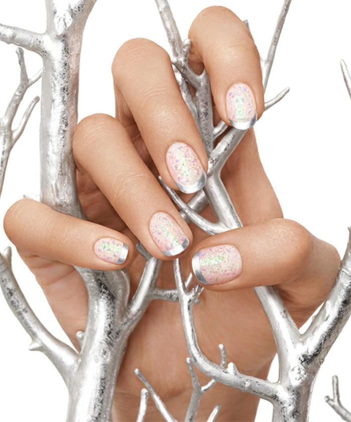 Winterliche Glitzer-Maniküre in Weiß und Silbern, ovale Nagelform, silberne Zweige