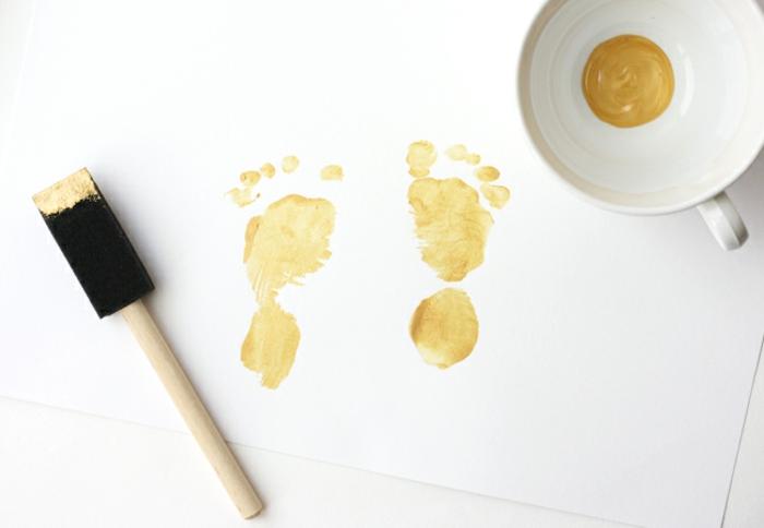 Bild mit Fußabdrücken selbst gestalten, dazu benötigen Sie nur gelbe Fingerfarbe und ein weißes Blatt, mithilfe eines Pinsels geht es leichter