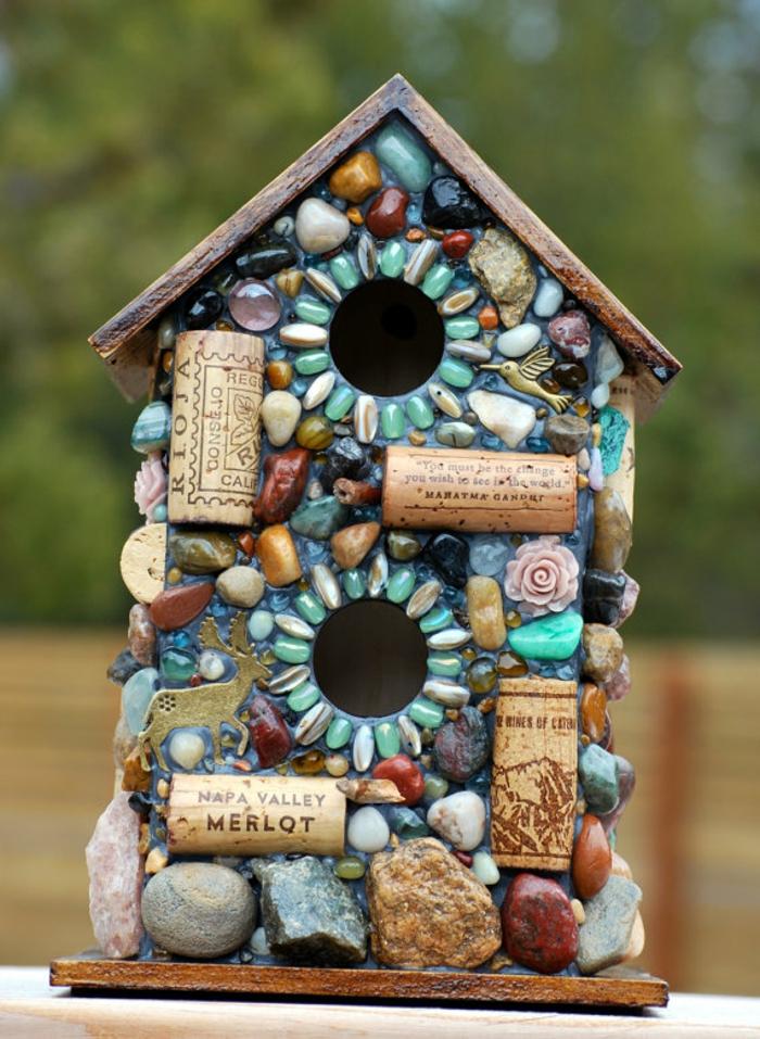 Nistkasten aus Holz selber bauen, mit Korken und bunten Dekosteinen bekleben, kreative DIY Ideen