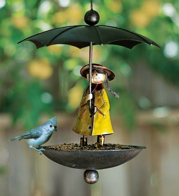 Futterhäuschen für Vögel aus Blech, Mädchen mit gelbem Mantel und Regenschirm, graues Vögelchen