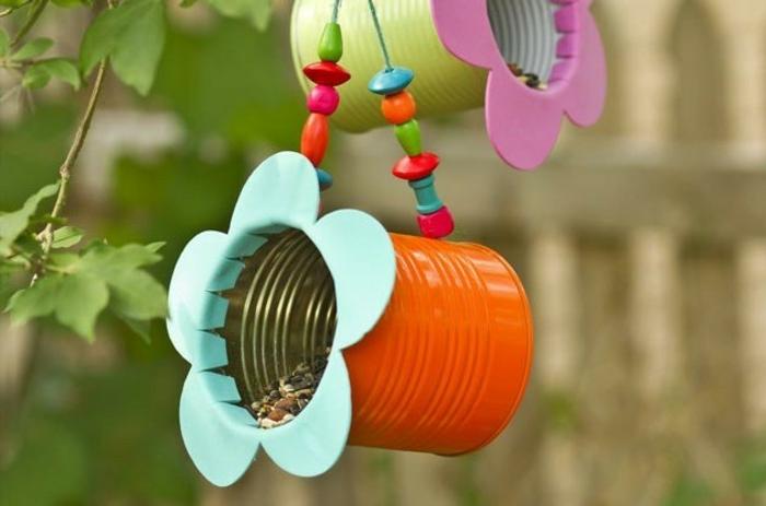 Vogelhäuschen aus Dosen selber machen, mit bunten Holzperlen verzieren, ausführliche Anleitungen