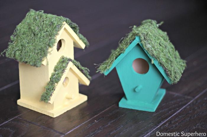 Vogelhäuschen aus Holz selber bauen, das Dach mit Moos verzieren, gelb und grün bemalen