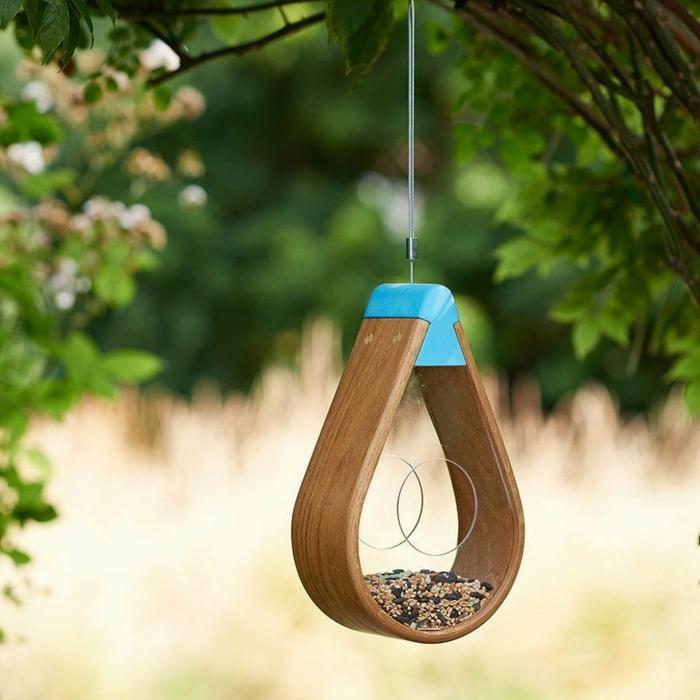 Futterhäuschen für Vögel aus Holz selber bauen, mit Samen und Sonnenblumenkernen füllen