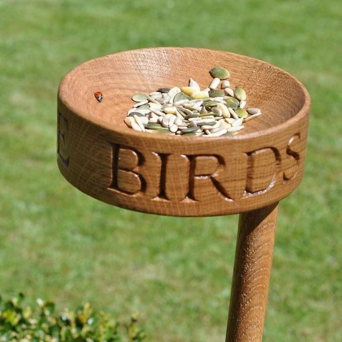 Nistkasten aus Holz, Samen und und Marienkäfer darauf, DIY Projekte für Ihren Garten oder Balkon