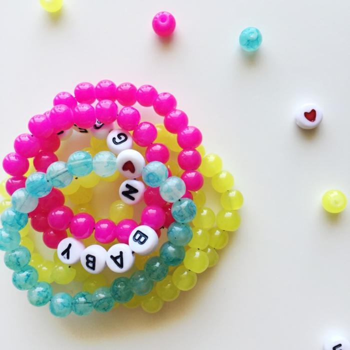 Armbändchen für Mutter und Baby selber machen und zur Geburt schenken, Perlen mit Buchstaben und Herzen