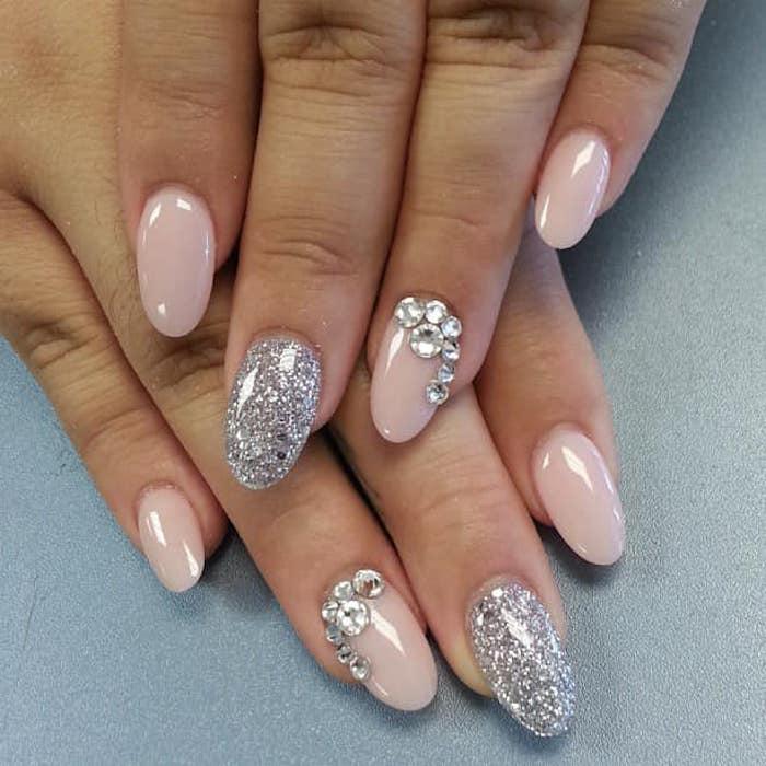 nageldesign glitzer schöne maniküre zum erstaunen glitzerdesign und nageldesign mit steinen rosa glänzende nägel
