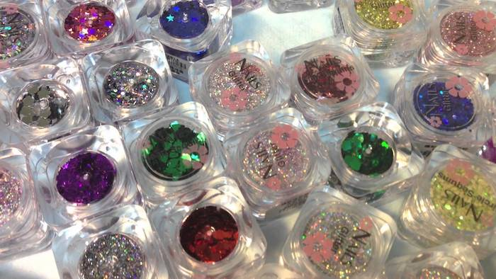 schöne gelnägel mit glitzer gestalten vielfalt an farbe der glänzenden elementen bunte deko für die nägel
