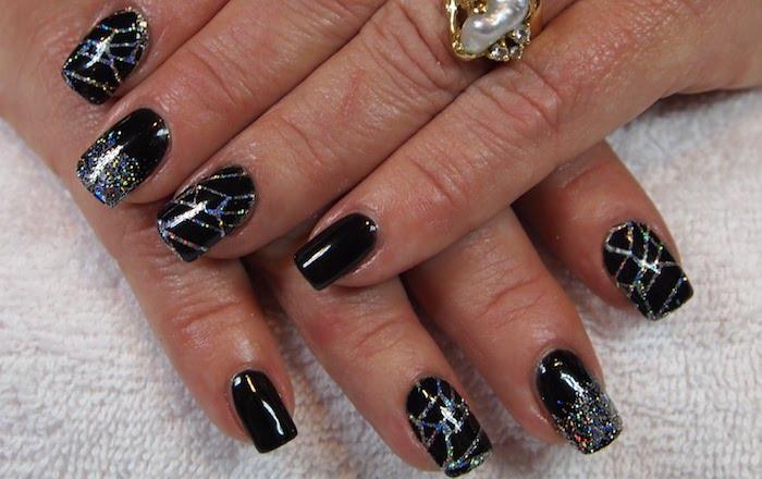 schöne gelnägel schwarze nägel nageldesign silberne dekorationen spinnennetz oder kosmos gestaltung