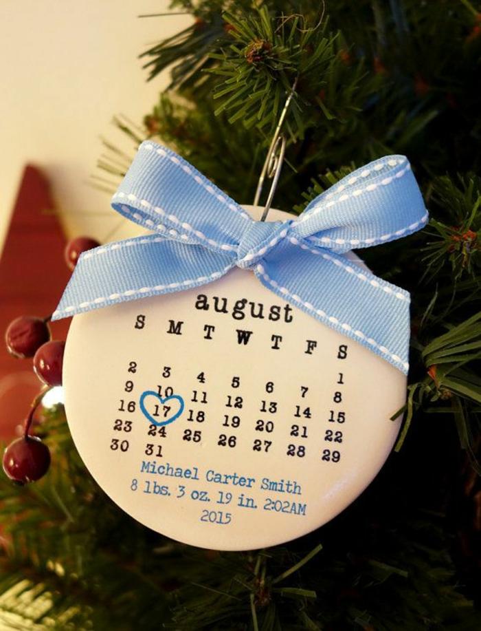 Weihnachtsschmuck-Kalender zur Geburt schenken, den Babys Geburtstag ist mit Herz markiert, blauer Band