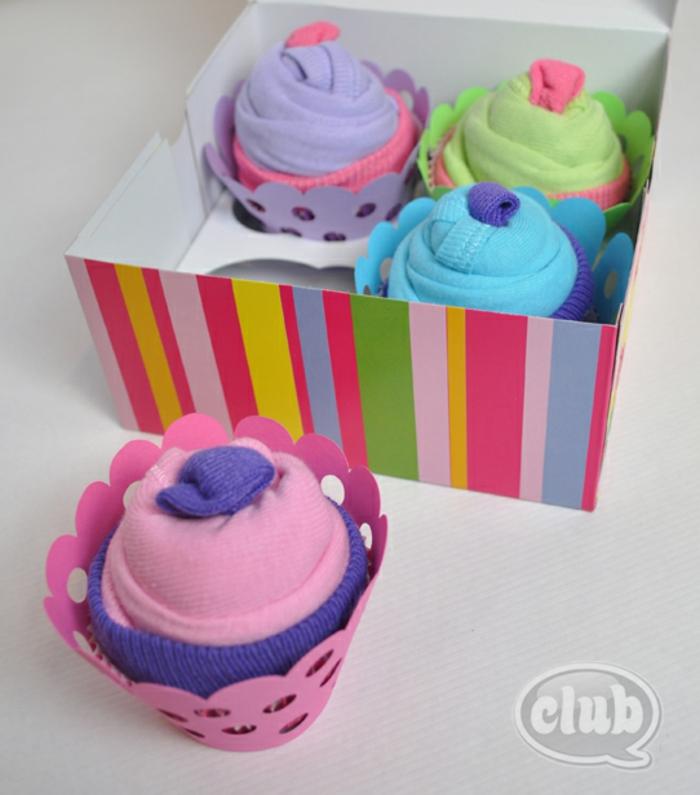 bunte Cupcakes aus Babysöckchen verpacken und zur Geburt schenken, kreative Idee zum Nachmachen