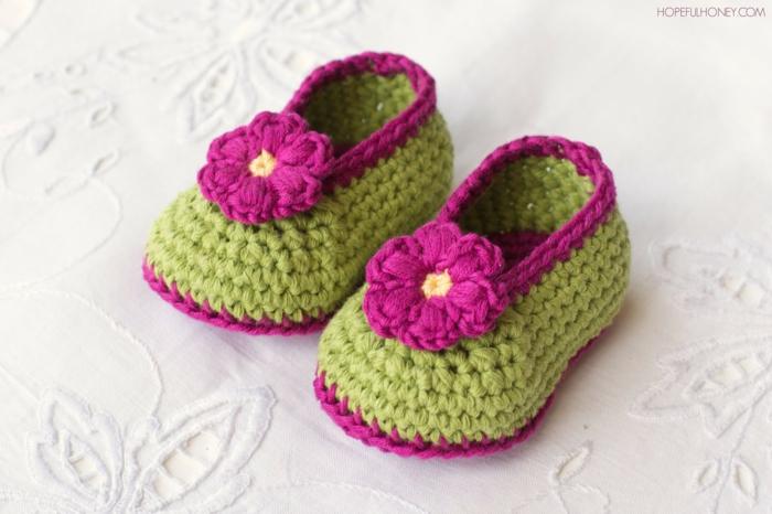 Selbstgestrickte Babyshuhe mit Blumen für Mädchen, zweifarbig- grün und violett, Geschenke zur Geburt selber machen