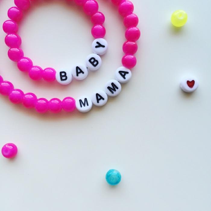 Zwei Armbänder für Mama und Baby, rosafarbene und weiße Perlen mit Buchstaben, selbstgemachtes Babygeschenk