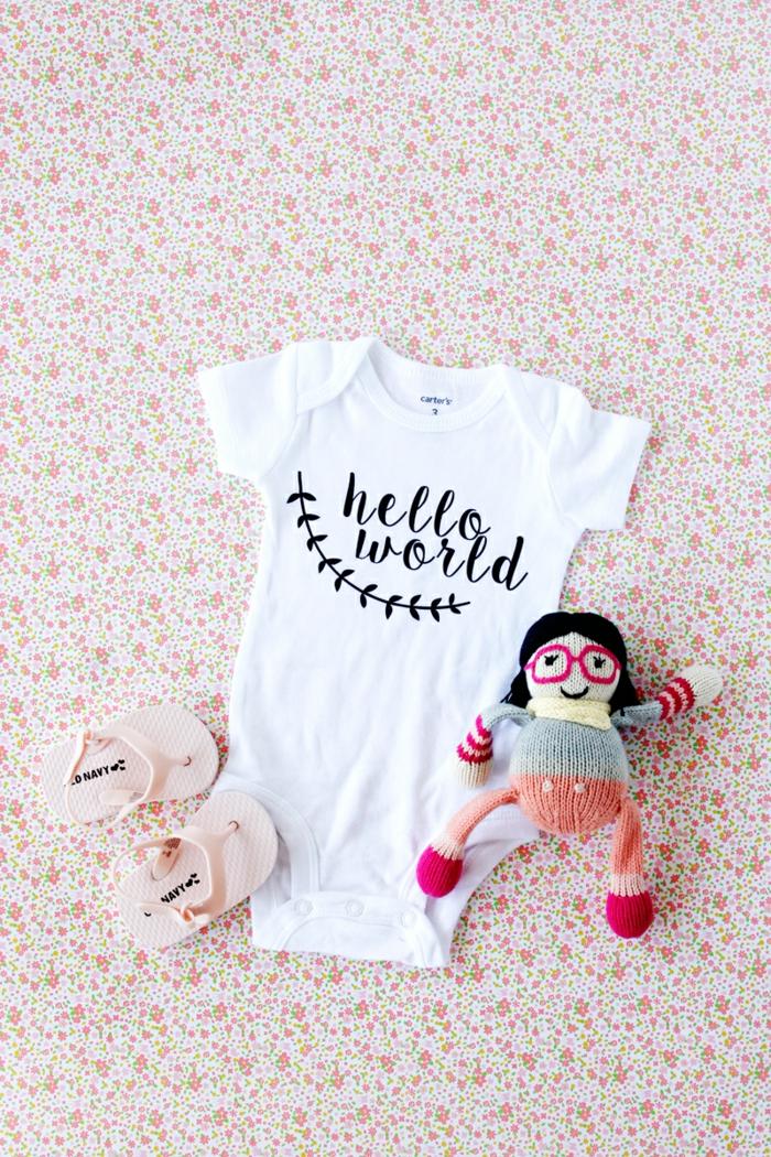 Babybody selbst beschriften, personalisiertes Geschenk zur Geburt, Hallo Welt, Babyschuhe und Amigurumi Puppe