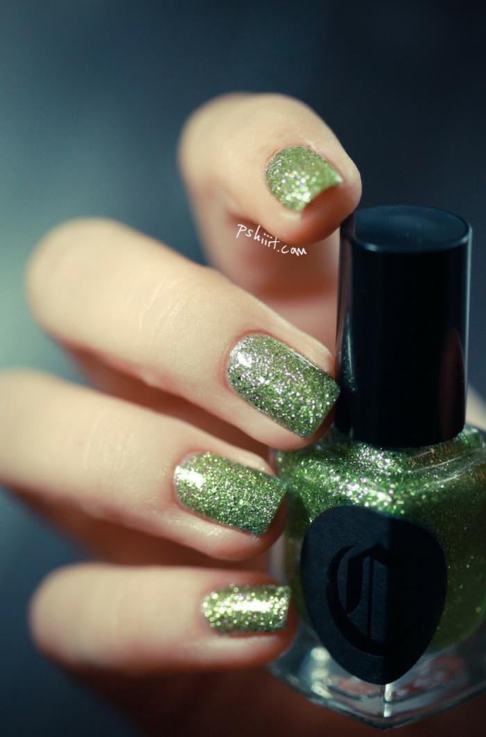 Glitzer-Nägel zum Nachstylen, grüne Nuance, coole Idee für Silvester Maniküre, grüner Nagellack