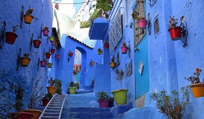 marokko bevölkerung sorgt für den schönen look der stadt touristen attraktion blaue straßen blumen gemütliches flair