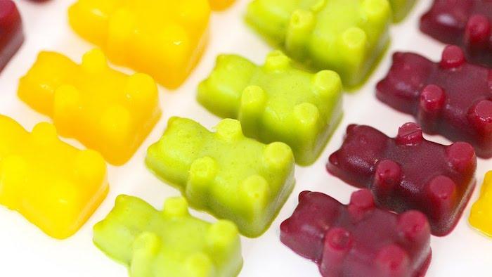 drei Reihen von Gummibärchen -eine gelbe, eine grüne und eine rote Reihe