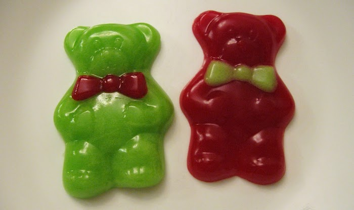 zwei große Gummibärchen mit Fliegen in grün und rot - Fruchtgummi selber machen