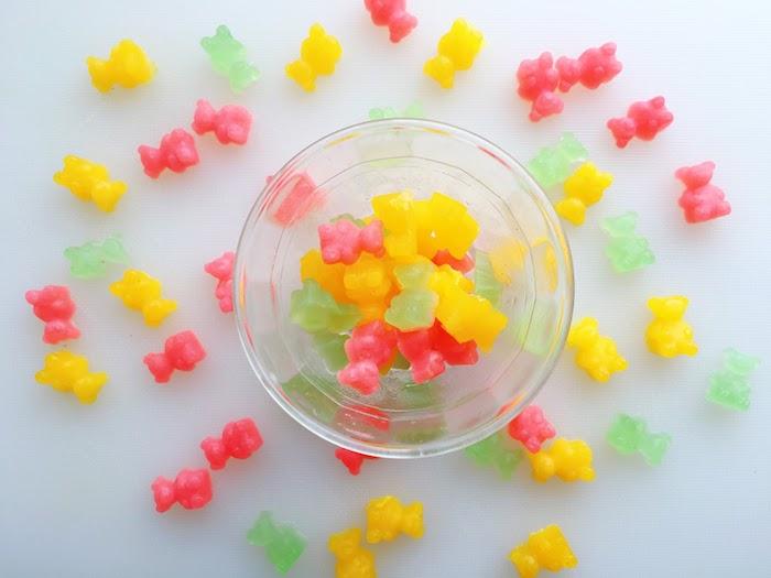drei Farben von Gummibär selbst herstellen in einer Schale aus Glas und andere darum bestreut