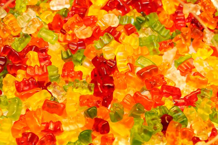 Fruchtgummi Rezept eine Menge bunte Gummibärchen in roter, gelber und grüner Farbe