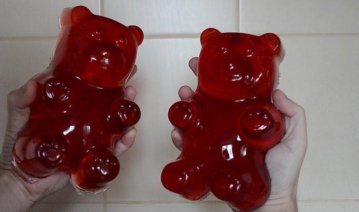 zwei rote enorme Bärchen - Gummibärchen Rezept in zwei Hände von dem Koch