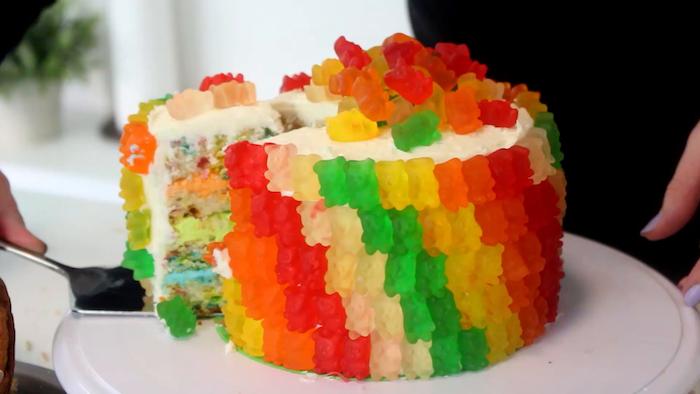 Gummibärchen selber machen und damit eine Regenbogen Torte dekorieren