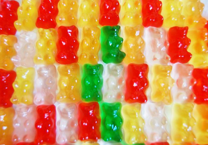 vier Reihen mit Gummibären in gelber, roter, weißer und grüner Farbe - Gummibären selber machen
