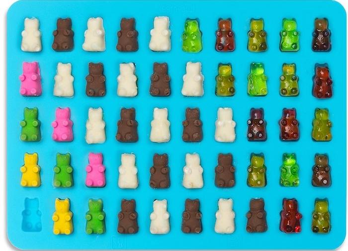 ein blaues Blech sind eine Menge verschiedene kleine Gummibärchen geordnet - Gummibärchen selber machen