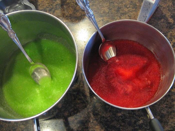 zwei fertige Gemische für Gummibärchen in roter und grüner Farbe - Gummibärchen selber machen