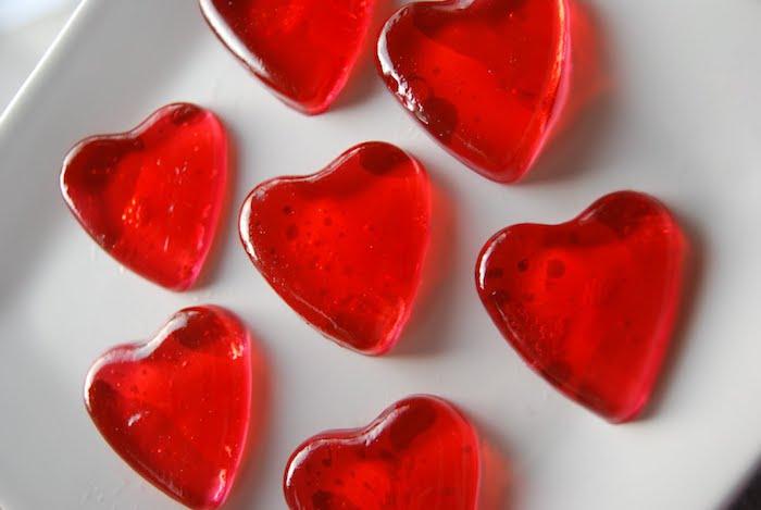 Fruchtgummi Rezept sieben rote Herzen in Kreis geordnet auf einem weißen Teller
