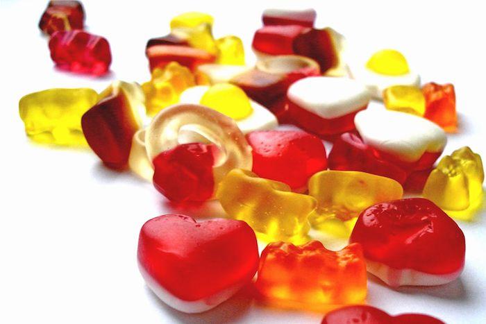 Gummibärchen selber machen in verschiedenen Formen in roter und gelber Farbe