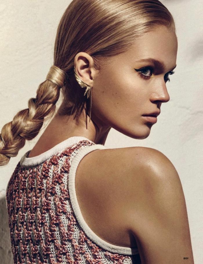 blonde glatte Haare flechten, große auffällige Ohrringe, Tages Make-Up, Lidstrich und rosafarbener Lippenstift