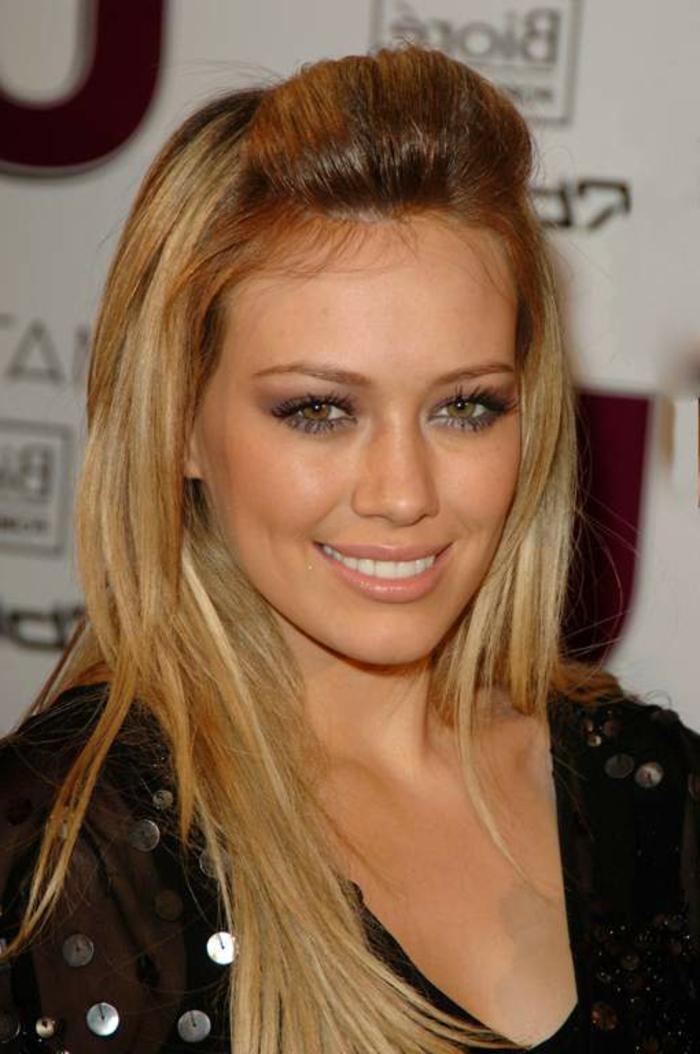Hilary Duff Haarfrisur, lange blonde Haare, olivenfarbener Teint, matte Lippen und Smokey Eyes