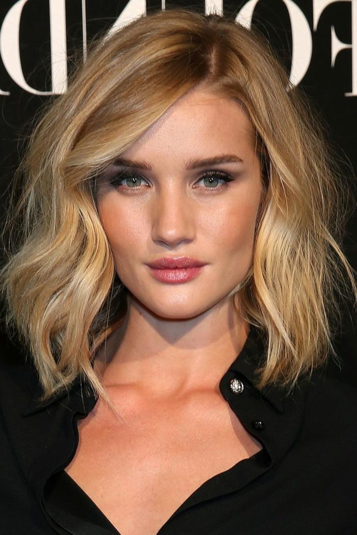 Haare blond färben, schulterlange Bob-Frisur, Smokey Eyes und pfirsich Rouge, schwarzes Hemd