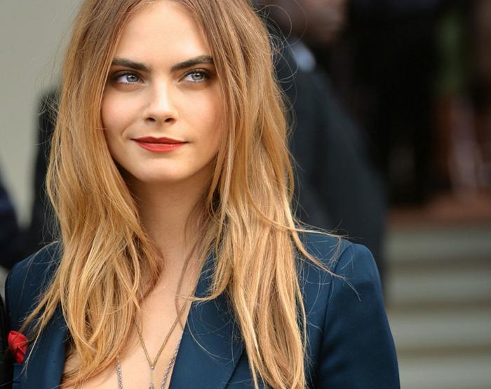 Make-Up für blonde Haare auswählen, Smokey Eyes und knallrote Lippen, dunkelblondes Haar und schwarze Augenbrauen