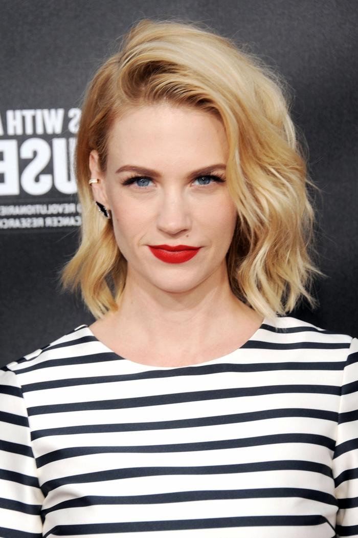 blonde Bob-Frisur und Schneewittchen-Teint, knallrote Luppen, schwarz-weiße gestreifte Bluse