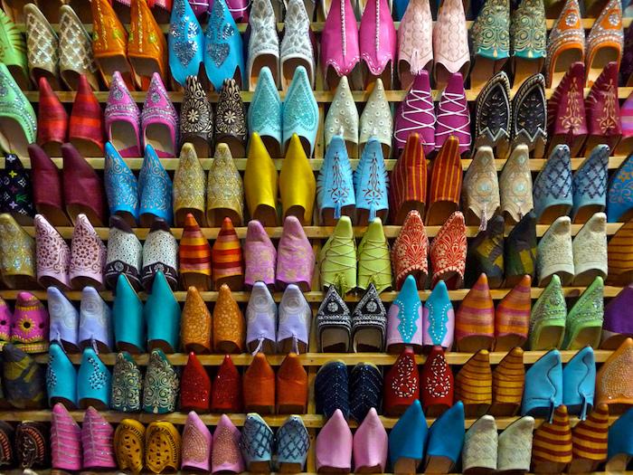 hauptstadt marokko medina altstadt markt offen pantoffel flip flop manie bunte farben