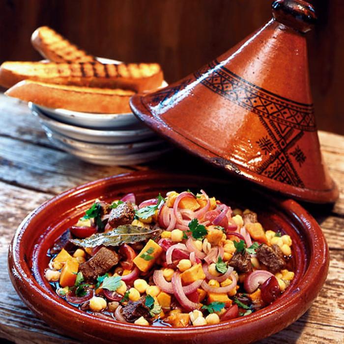 rabat marokko traditionelles essen tajine probieren essen und genießen mais fleisch gemüse brötchen