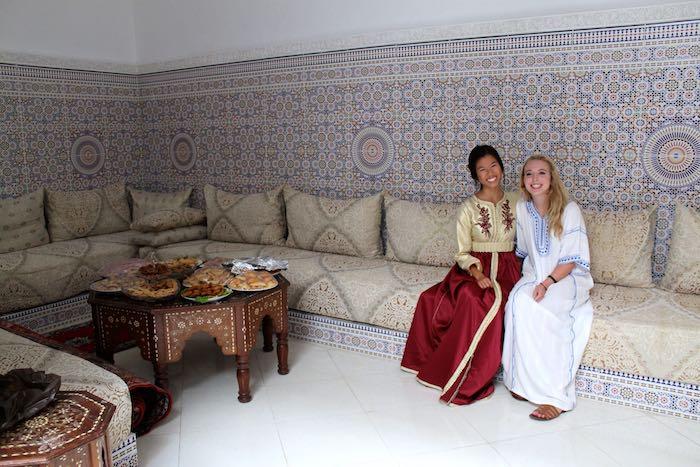 rabat marokko traditionelles interieur design restaurant oder zu hause zwei frauen befreundet kostüme nationale tracht