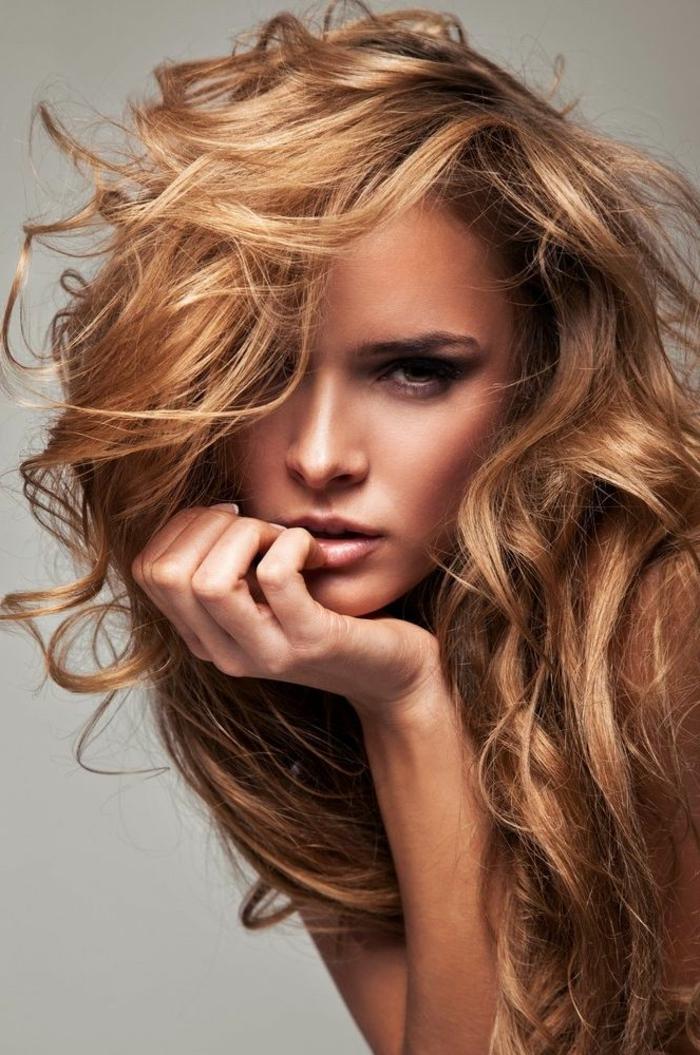 Schöne Frau mit hellbraunen Haaren und braunen Augen, matte Lippen und Smokey Eyes