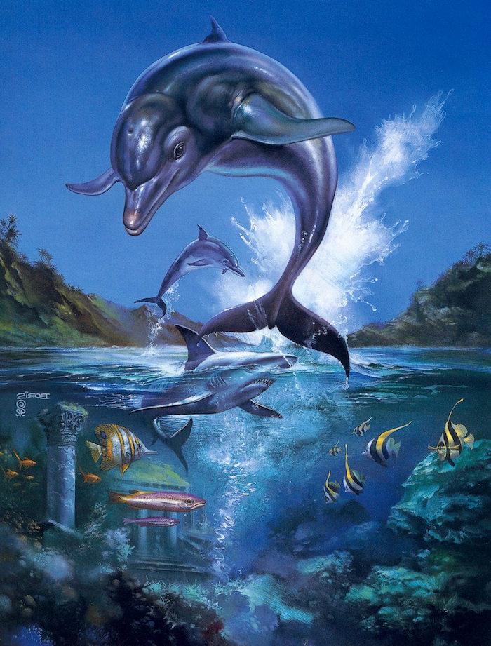 einzigartiges bild mit grauen delfinen im sprung und einem großen blauen hai und kleinen schwimmenden gelben und orangen fischen